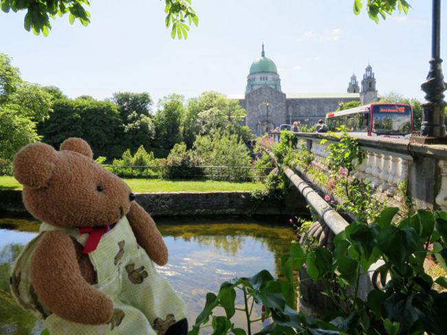 2017年5月23日-6月2日までアイルランドを旅してきました。以下、旅行の日程で、ここでは5月29日(後半)の様子をまとめました。<br /><br />5月23日 成田発エアフラで、ダブリンへ<br />5月24日 ダブリン観光<br />5月25日 ダブリン観光<br />5月26日 ダブリンからゴールウェイへバス移動<br />5月27日 ゴールウェイからドゥーリンへバスで移動後、モハーの断崖 観光<br />5月28日 再び、モハーの断崖 観光<br />5月29日 ドゥーリンからゴールウェイへバス移動<br />5月30日 ゴールウェイからダブリンへバス移動<br />5月31日 ダブリン発ニューグレンジ日帰りツアー参加<br />6月 1日 パリ経由のエアフラで帰国(成田着は6月2日)<br /><br />今回、私の旅の友となるクマのぬいぐるみは、旅行歴14年となる「プーニャ」。プラハ旅行記で登場したクマクマウーを参考に型紙を作り、初めて手作りしたクマです。