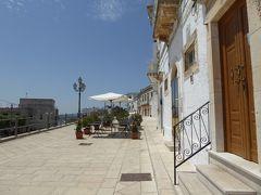 プーリア州優雅な夏バカンス♪ Vol95(第6日) ☆Cisternino:美しいチステルニーノ旧市街の中にあるレストランへ歩く♪