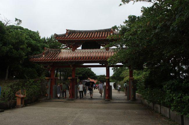 サファイヤプリンセスで航く!台湾・那覇・石垣島・宮古島クルーズ6日間のツアーで台湾から那覇に訪問する事にしました。時間としては 入港が13:30なので、14:00から出港の22:00までを予定しましたが、雨ときどきスコールと言う天候に負けて、17:00頃には船に逃げて帰ってきました。1)首里城、2)軽く食事、3)国際通りで土産の調達で那覇での日程は終了となりました。待望のモノレールで切符を買って改札で、あれ?切符を入れる穴が無い。薄い紙なので非接触のSUICAみたいなものではない?よく見ると2次元バーコードが印刷されていて、かざせばいい事が判明。しかし、暑い、湿度が高い。元々ない体力が奪われる。涼しいモノレールで少し鋭気を取り戻すも首里駅で降りたくないモードが高まります。体力が無いわりにはコスト意識が高いので駅から首里城へ徒歩で移動。最近は地図アプリがあるので迷子にならない。日本なので携帯もバリバリ使えるし。首里城は駅側(守礼門の反対側)から、アクセスしてみました。雨が心配で・・・弁財天堂から園比屋武御獄石門を通過して正殿へ向かいました。正殿辺りまで来ると、ボランティアの方が施設の説明をされていたので合流して、色々な話を伺いました。学生と中華圏の方が多いなと思ったら、クルーズ船で見た台湾旅行者が付けていたバッチが・・当然来る場所だよねと思いながら、最後まで説明を聞いてから、最後に土産コーナーへ。外の雨音が強くなっていたので、トイレ休憩をしてと思ったら、トイレから出てきた子供が大騒ぎしていました。理由は手洗いの蛇口の形状が面白いとの事です。雨も小降りになったので、守礼門をくぐってから大周りで駅に向かう途中で、暑さに負けてブルーシールアイスを購入。沖縄は 周囲が海だから湿度が高いとの話で、今日だけではない事が判りました。その後モノレールで安里駅から国際通りを散策しながら、近くの蕎麦やとのことで牧志駅近くの「五里」へはいりました。沖縄そばを堪能してから、県庁前まで散策です。小雨が降り始めて来たので、バラマキ土産を買いながら市場本町通りへ移動し、アーケード内を散策していると、雷鳴と屋根を叩く音が大きくなってきました。大通りから飛び込んでくる人が増え通りにも出られない状況で、スコールをやり過ごしてから、夕飯は船で食べることとして雲とにらめっこしながら、船に逃げ帰りました。<br />天気のせいで、写真をとるモチベーションが低下してしまいました。写真枚数が少ない点、御容赦願います。