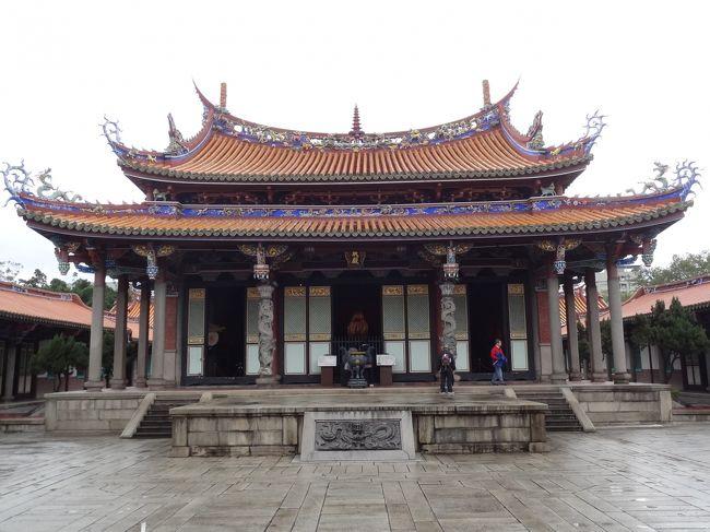 毎年恒例・夫と行く年末年始の台湾旅行は11年目に突入。今年も2匹のニャンを預けて、台北を気ままにブラブラ。<br /><br />寝ている夫をホテルに置いて、今朝も一人でお散歩。<br />圓山→大龍同※エリアに突入。台北孔廟を見学します。<br />※正しくは山扁に同<br /><br />※環境漢字が表示できないので似た字・日本語発音のひらがなを充てた箇所があります。ご了承ください。<br />※敬称略<br />
