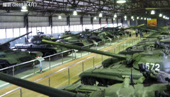 ■クビンカ戦車博物館<br /><br /> 大本命だったクビンカですが、足回りに苦労しました。現時点では、電車移動は不可能です。将来は、クビンカ駅とクビンカ戦車博物館、さらにパトリオットパークを繋ぐ鉄道が通るらしいですが、現在は通っていませんでした。さらに、ホームページには駅と博物館を繋ぐシャトルバスがあると書いてあったのですが、まさかに(私が行った時には)存在しませんでした。仕方なくタクシーで移動しました。しかしながら戦車博物館に着いてから…、次のパトリオットパークに行く足もない!結局、再びタクシーを呼ぶ羽目になりました。さらに、驚くほど遠い遠い。すげー遠かったです。しかも戦車博物館に着いてから吹雪となってしまい、…参りました。<br /><br /> 戦車博物館まで行くだけならクビンカ駅まで電車移動で、後タクシーを使ったらいいかもしれませんが、現在、目玉と言える戦車たちは半分くらいパークの方に行ってしまっており、パークまで行かないわけにいきません。移動のことを考えれば、タクシーを呼ぶよりは絶対、送迎車を頼んでおく方がよいと思います。<br /><br /> 戦車博物館に展示されている戦車で、T-72とT-80は「おさわりOK」で、内部に入ることもOKでした(私は、残念ながら先にロシア人の小さい子供が2人入っていたので、乗るのを諦めました。しかし、T-シリーズの戦車に乗れるとは神秘的です)。