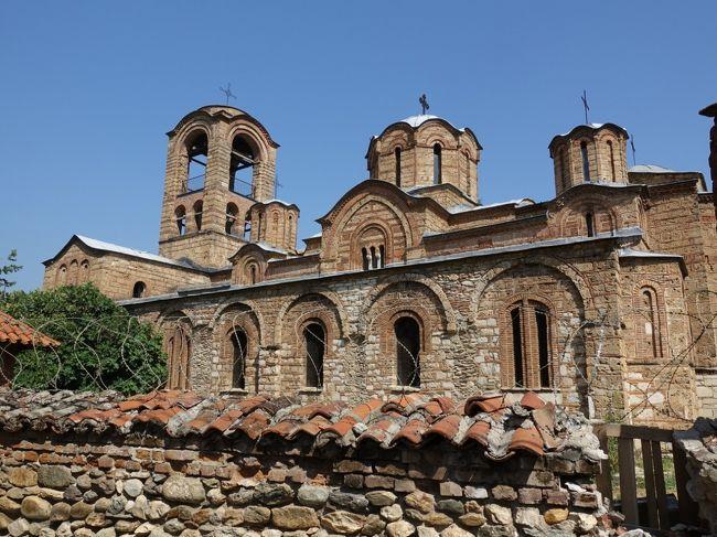 2017年の夏はバルカン半島の3国、コソボ、マケドニア、アルバニアへ。<br /><br />その1は、成田を発って、イスタンブール経由、コソボのプリシュティナ、そこからバスでプリズレンまで。危機遺産リストにも挙がっている、リェヴィシャの生神女教会を一目見に。<br /><br />・満月の成田から、トルコ航空・機内食2回でイスタンブール到着<br />・イスタンブールで乗り継ぎ、コソボの首都、プリシュティナへ<br />・観光バスで、プリズレンに向かう<br />・プリズレンの街歩き<br />  200年前の家、ハマム、リェヴィシャ生神女教会、ビストリツァ川の川辺散歩<br />  シャドルヴァン広場、聖ニコラス教会、聖母マリア大聖堂、シャデルヴァン通りの散歩(お店、スーパーなど)<br />  シナン・パシャ・モスクとその内部、石橋、ガーズィ・メフメット・パシャ・ハマム<br />  レストランMarashiで昼食<br /><br />表紙写真は、閉鎖されているリェヴィエシャ生神女教会の側面。