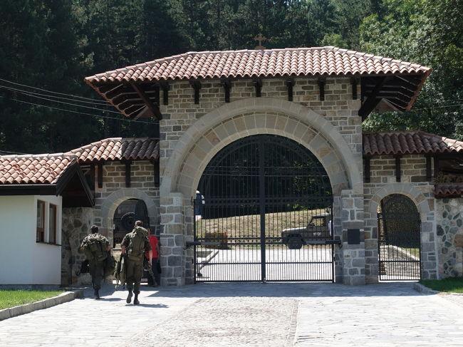 2017年の夏はバルカン半島の3国、コソボ、マケドニア、アルバニアへ。<br /><br />その2は、コソボの世界遺産、デチャニ修道院とペーヤ総主教修道院。あわせてペーヤのバザールも散策しました。<br /><br />・プリシュティナからデチャニへ<br />・ドリニ川にかかる二つの橋<br />・デチャニ修道院<br />・ペーヤのホテルドゥカジーニで昼食<br />・ペーヤ、オールドバザール散策<br />・ペーヤ総主教修道院<br /><br />表紙写真は、KFOR(コソボ治安維持部隊)に守られているデチャニ修道院の門。