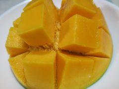 宮古島から幻のマンゴーと言われる、特大の「キーツマンゴー」が届きました!味のレポート編♪