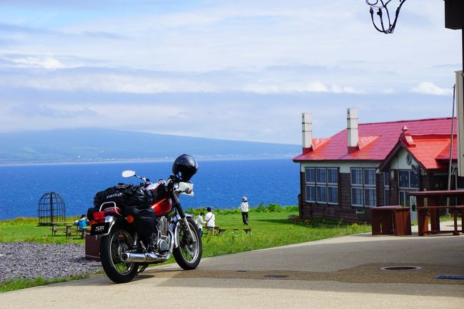 2017年夏,バイクで北海道を走ってきました! 昨年の[道東]に引き続き,今年は[道北]をぐるりとめぐりました。<br /><br />【5日目】稚内からフェリーに乗って,礼文島にわたります。島をバイクでのんびり走ってみると,美しい島の風景にあちこちで出会うことができました。