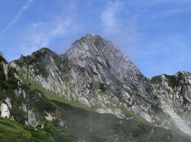 日本百名山のひとつでもある木曽駒ヶ岳は、ロープウェーで標高2612mまで上がれる。したがって2956mの木曽駒ヶ岳山頂までの標高差は、たったの344m! 2時間もあれば余裕。辛いこと大好き(らしい)我ら還暦登山隊の隊長は、そんな楽な山行を許してくれるのだろうか?<br /><br />写真は宝剣山2931m