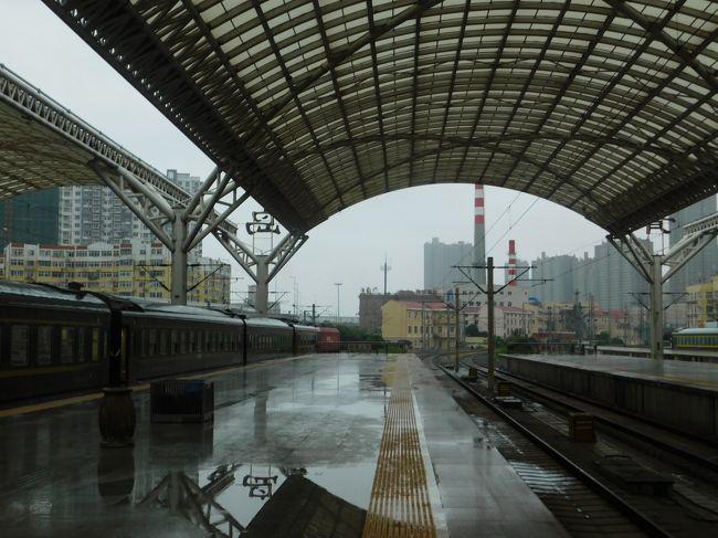 中国と香港を結ぶ高速鉄道の建設が延期を繰り返し、どうやら2018年開業のよう。となれば中国の車両が香港に乗り入れるのも最後となるでしょうから、今年のお盆休みは香港に行こうと(実は去年から)考えていました。香港には福岡からLCCが飛んでいるのですが、往路が極めて高い。となれば鹿児島出発は見なかったことにして、安上がりルートを考えたときに韓国中国経由を思いつきました。肝心の香港は実働7時間半です。中国の予約サイトc-tripで寝台が予約ができたのも、このわけのわからない旅程を組んだきっかけとりなりました。「サマーバーゲンきっぷ」を使いたいがために(福岡空港8:50に間に合わせるのも少し怖かったため)ゼロ泊して毎晩夜行列車で0泊5日一本勝負!中国東方航空で青島に飛んだものの、中国はずっと雨でした。寝台列車に乗って湖北省まで14時間の旅です。<br /><br />きっぷ:サマーバーゲンきっぷ&LCC&普通乗車券<br />旅程概要<br />08.11:川尻~熊本~博多<br />08.12:博多~箱崎~貝塚~福岡空港~大邱空港~峨洋橋~東大邱~天安~ソウル首都圏~益山~<br />08.13:益山~水原~仁川~ソウル首都圏~仁川空港~青島空港~青島~<br />08.14:麻城~九江~<br />08.15:深セン(土へんに川)~香港~福岡空港~博多~熊本~川尻