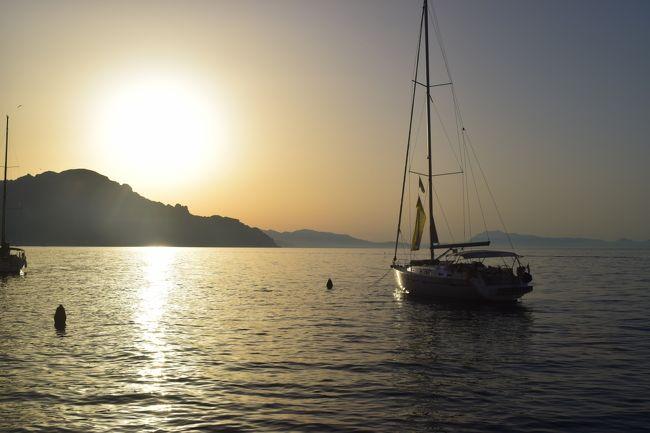 去年行った世界一大きな客船でのクルーズ、そこで今年は小さなヨットでセーリング。<br />サレルノからアマルフィ、ボジターノ、カプリ島、イスキア島を一週間で巡る旅。<br />ヨット2隻、計20名でのセーリング。<br />国籍はバラバラで日本人は一人だった。<br />後はイタリア、アメリカ、マルタ、オランダ、マレーシア、イギリス、ノルウェー、レバノン、ロシア。<br />基本欧州在住者なんだけどアメリカ人数名はこの為だけにアメリカからやって来て、終了後そのままアメリカに帰って行った。<br /><br />優雅なセーリングを想像してたけど、スキッパー(操縦者)をヘルプする為に参加者も帆を上げたり下げたり、前方後方注意したり割とハードだった。