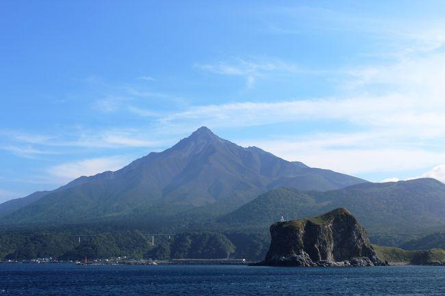 夫と長男の3人で夏休みの旅をしました。今年は利尻、礼文島2泊3日です。利尻、礼文は数年前から行きたかった所。猛暑の都会から離れて北へ逃避行(笑)のつもりだったのですが、意外にも暑かった日本の北端でした。<br /><br />今回は旅行会社のパックツアーを利用しました。人気のコースとみえて、たくさんの種類がありましたが、羽田から新千歳に飛び、乗り換えて利尻空港まで飛行機で行くコースにしました。飛行機を利用したのは、4トラの皆さまの旅行記を見て、稚内から島に渡るフェリーに酔ったとあったからです。何しろ私は酔う派。楽しい旅行に気分が悪くなってはかなわない。実際には利尻島から礼文島へはフェリーを利用しましたが、海風が気持ちよくて全くその心配はなかったです。<br /><br />1日目 羽田 11:00発ANA → 新千歳 12:35 乗継 13:10発 → 14:00利尻空港着    富士野園地散策 鴛泊港15:10発フェリー → 礼文島15:50 (三井観光ホテル泊)<br /><br />2日目 礼文島ハイキング(澄海岬 江戸屋山道 スコトン岬 桃岩展望台 桃台猫台 地蔵岩)   <br />     香深港16:25発フェリー → 利尻島鴛泊港17:10 (ホテルあや瀬泊)<br /><br />3日目 利尻島一周 (姫沼 オタトマリ沼 南浜湿原 仙法志御崎公園)<br />     利尻空港14:35発 → 新千歳15:25着 乗継 17:00発 → 羽田18:35着  <br /><br />