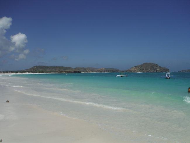 6月の沖縄、7月のバリ島に続き今月はロンボク島へ行って行きました。<br />3か月連続のリゾートです。<br />20年位前に大学の友人がジャカルタ行ったついでにふらっと1人でロンボク島に立ち寄り<br />『ロンボク島は海が綺麗で素朴な感じが良かったよー』と。<br />この言葉が忘れられず、ずっと記憶していました。<br /><br />昨年の夏にエアアジアのビッグセールが始まり<br />とりあえず、HND⇔KULは押さえて<br />KULから先の行き先は1~2日模索していました。<br />エアアジアの路線を調べていたら『クアラルンプールからロンボクまで飛んでる!』<br />事が分かり、調べてみると往復1万チョイ!<br />『これは行くしかない!』とのことで早速ポチッ!<br />いつも通りの即決で。<br /><br />それから約1年、ロンボク島の事を調べれば調べるほど魅力的な島だと分かり<br />特にタンジュアンビーチが非常に綺麗な海とビーチで、様々なブログ等の写真に圧倒されてました。<br />そして目的は『ここでまったりしたい!』ということになり、予定通り旅に出ました。<br /><br />旅程<br /><br />1日目  HND23:45発(D7523)⇒KUL翌05:50着<br /><br />2日目  KUL09:20発(AK308)⇒LOP12:50着<br /><br />      バスで宿へ&宿近辺ぷらぷら<br />  <br />3日目   バイクでタンジュアンビーチへ<br /><br />4日目   バイク&パブリックボートでギリ・アイル島へ<br /><br />5日目   バイクでスンギギビーチ?&マタラム市内ぷらぷら<br /><br />     LOP19:15発(AK307)⇒KUL22:20着<br /><br />6日目   クアラルンプール市内で朝飯&街ぶら<br /><br />     KUL15:30発(D7522)⇒HND23:40着 帰国<br /><br />旅費<br /><br />エアチケット:HND⇔KUL ¥22,338(エアアジアX)<br />       KUL⇔LOP ¥12,877(エアアジア・往復ホットシート・                   食事込み)<br /><br />ホテル:ロンボク島(モントン Ressa Homestay) \6,407 3泊+レイト                        チェックウト16:00<br />    クアラルンプール(KLセントラル YMCA Kuala Lumpur)<br />                        ¥2,359 1泊<br /> <br />現地(KUL)電車代:約¥1,540<br />     バス代:約\336<br /><br />  (Lombok)空港バス:往復約¥595<br />       レンタルバイク:3日間約¥1,530<br />       船代:往復¥230<br />       バイク駐車料:1日¥43<br /><br />※日本国内の空港までの移動費は除く<br />