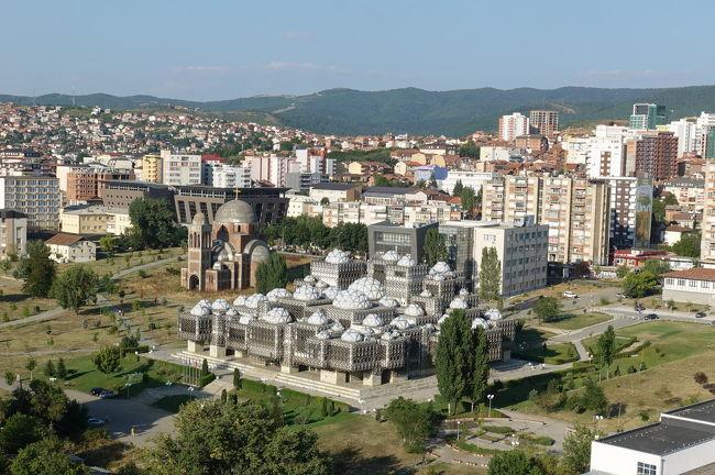 2017年の夏はバルカン半島の3国、コソボ、マケドニア、アルバニアへ。<br /><br />その3は、コソボの首都、プリシュティナの街歩き。マザーテレサ・カテドラルの鐘楼から見た市内のパノラマや、セルビア人地区にある世界遺産グラチャニツァ修道院。鍾乳洞のガディメ洞窟も訪問しました。<br /><br />・車窓からのプリシュティナ市内<br />・ホテル・エメラルド<br />・マザーテレサ・カテドラル内部と鐘楼上からの眺め<br />・中心部の歩行者専用道路(マザーテレサ像、スカンデルベルク像、チャルシャモスクなど)<br />・グラチャニツァ修道院<br />・ガディメ洞窟<br />・マケドニア国境<br /><br />表紙写真は、マザーテレサ・カテドラルの鐘楼から見たプリシュティナ市街。