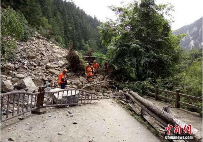 北京時間2017年8月8日午後9時19分49秒、四川省九寨溝県(東経103度82分、北緯33度20分)でマグニチュード7.0の地震が発生した。震源の深さは約20キロと推定されている。州政府応急管理弁公室によると、九寨溝県応急管理弁公室の書面報告の内容から、地震中心は、九寨天堂甘海子のあたりで、九寨溝風景区へは20キロで、松藩町へは66キロで、成都へは285キロである。四川省政府報道弁公室は13日、「8日に発生した九寨溝地震によって、これまでに25人が死亡、525人が負傷した。犠牲者のうち21人は、すでに身元が確認されている」と明かした。国家地震災害緊急救援隊は12日、熊猫海(パンダ湖)観光地で4回目となる徒歩による捜索活動を行い、犠牲者1人の遺体を搬送したほか、行方不明者3人を捜索した。<br />九寨溝景勝地入口から約15キロ進んだ所で、強大な岩が落下したため、道路が破壊され、全く前に進めない状態となっていた。また、道路脇では、最も長いところで約1キロにわたって地滑りが起きており、道路は土や大きな岩などがふさいでいた。幅10センチ以上の割れ目ができているところもあった。同景勝地内の名所の一部は、地震で橋が崩壊して水に浸かり、普段の美しさが消えていた。<br /><br />火花海<br />九寨溝の名所の池?火花海は、双龍海と臥龍海の間に位置し、標高2187メートル、深さ9メートル。現地の人によると、同名所は、湖面に太陽が刺すと、さざ波がゆらゆらと煌くように見えるのが特徴で、火花が飛び跳ねるようなので「火花海」と呼ばれるようになったという。今回の地震で、火花海は決壊。元々美しかった湖水の一部が干上がり、石灰化した白い底が露出している。また、観光用に設置された桟道も崩壊し、美しい景色は消えてしまっている。震源地から約5.3キロ離れている火花海の土手も決壊し、水は干上がっている。<br /><br />諾日朗(ノリラン)滝<br />チベット語で、諾日朗は「壮大かつ雄大である」という意味で、この滝の名前にピッタリだ。九寨溝のY字の真ん中に位置し、幅270メートル、高さ24.5メートル。中国国家地理雑誌に、「中国で最も美しい滝6ヶ所」の一つに選ばれたほか、1986年版「西遊記」のロケ地にもなった。しかし、今回の地震で山崩れが起きたため、この壮大で雄大な滝の水が干上がり、逆に水がちょろちょろ流れていた所は激流となっている。今回の九寨溝地震は、大きな被害を受けられたので、諾日朗滝は、地震で、倒壊で、後、この滝、無くなった。<br /><br />パンダ海<br />パンダ海は箭竹海の下り坂の近くに位置し、九寨溝のパンダがここに来て、遊んだり、水を飲んだり、餌を食べたりするため、この名前で呼ばれるようになった。しかし、地震の影響で、美しい色だったパンダ海は濁ってしまった。<br /><br />火花海<br />火花海は標高2187メートル地点にあり、水深は9メートル。九寨溝の双龍海と臥龍海の間に位置する。深い青色を湛える湖面は鏡のように静かで、周囲には色とりどりの草花と樹木が密生している。青々と茂っている森に覆われ、湖の水はヒスイのように透き通ってキラキラと輝く。朝もやが晴れる、あるいは夕暮れ時には眩い太陽の光が湖面に反射すると、さざ波がゆらゆら揺れ、火花が散るような美しい景色を見せることから「火花海」と名付けた。8日に発生した九寨溝地震の影響により、九寨溝景勝地の火花海で、幅約20メートル、長さ約50メートルに及ぶ決壊が確認された。通常時の火花海の排水量は、毎秒約9.3立方メートルだが、震災後は最大毎秒約21.5立方メートルまで増加した。9日の朝の時点で、火花海の水はほとんど流出してしまった。自治州の災害防止関連部門の責任者は、「現在、景勝地内の他の池の状況確認も行っている」と説明した。<br /><br />http://www.pandatabi.com<br />
