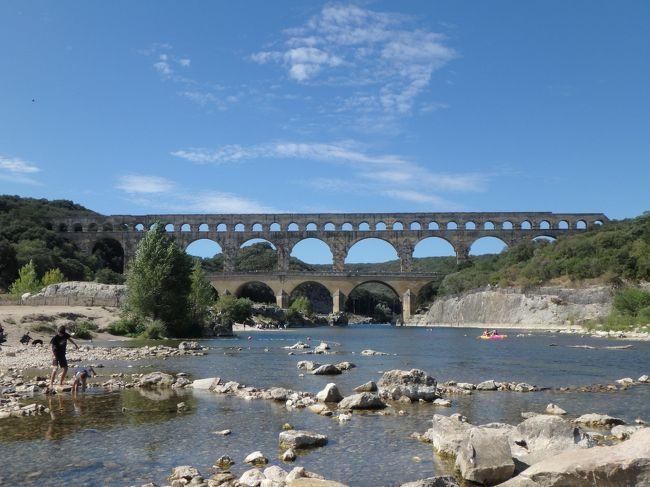 JTBの旅行チラシで見た瞬間に、行ってみたくなり、今回の旅行では絶対に行こうと思っていた。<br />アヴィニョンからも車で45分ほど、南フランスのどかな田舎道を走ってゆくと、この素晴らしい史跡に出会えた。<br /><br />それにしても、これが2000年近くも前に作られたとは信じられず、ローマ帝国の力を改めて実感させられた。<br />本当に、これ、ダンプもクレーンもない時代に作ったのか?<br /><br />改めて、脱帽。中世の権力の大きさ、技術力の高さ、すべてにびっくり。実際に自分でみて感激。<br /><br />ナチスが南フランスまで来なくてよかった。<br />