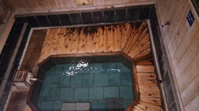 8月どこへも家族で出かけていなかったので、1泊2日で近くの温泉宿へ行きました。<br />沢渡温泉です。あまり知られていませんが、お湯の質については、やさしく、なめらかでゆっくりできて良かったです。<br />昔から、草津温泉の治し湯として知られていました。群馬県医師会の沢渡温泉病院(現在は、群馬リハビリテーション病院)があります。温泉を病院治療に生かしています。また、日本の秘湯100選に選ばれています。<br /><br />地元から、圏央道幸手インターから高速道路へ、鶴ヶ島JCから関越道の高坂サービスエリアで休憩します。<br />高坂から、渋川伊香保インターで降りて、すぐ道の駅子持に寄りました。<br />買いものをしてから、中之条町へ入ります。<br />中之条町の見所を4カ所(歴史と民俗の博物館 ミュゼ、ふるさと交流センターつむじ、道の駅霊山たけやま、花の駅「美野原」)訪問して、沢渡温泉へ向かいました。昼食は、中之条町の「かごや」で頂きました。<br />ミュゼは、小学校跡を利用して地元の歴史や文化、温泉の歴史などが学べます。行った時は、四万温泉の特別展が開かれていて、歴史や文化などを紹介していました。四万温泉を訪れた有名人の紹介で、戦時中の首相東条英機が<br />四万温泉を慰問した写真が大きく取りあげられていて、時代錯誤を感じました。多くの日本人、外国人の犠牲者を出した戦争指導者です。軍人勅諭を思い出します。<br />宿泊したのは、まるほん旅館です。静かな温泉宿でした。