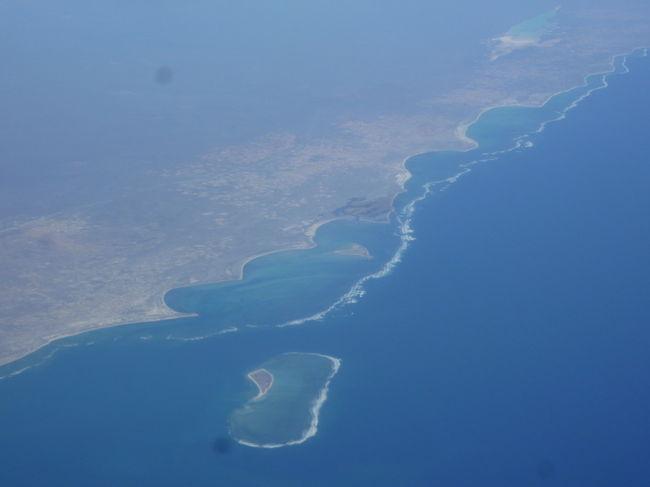 【帰国、上空からマダガスカル島が見えました。 2017/08/24,25】<br /><br />ケープタウン19,20日目 <br />8月24日の朝、ヨップの運転するレンタカーでケープタウン空港へ。ここでレンタカーを返却。搭乗手続きを済ませ、国内線でヨハネスブルクまで行きます。今度は、キャセイパシフィック航空の国際線に乗り換えて、香港まで。行きは、待ち時間がたっぷりあって、待つのはくたびれましたが、帰りは時間が少なく、急げ急げ。無事に、飛行機に乗りました。機内食、3回、カップラーメンをブロイラーのごとく全ていただきました。機内からマダガスカル島が見えたのは再び感動しました。今回のケープタウン旅行は友人夫婦ご厚意で本当に楽しく過ごすことができました。感謝感謝。<br />嫌な思いをしたのは、帰りも、後ろに座った、中華系女性(北京語を話していました)の無作法さに悩まらされ、一睡もできませんでした。たびたび、立ち上がり、その度に、腕をガツンガツン乗せてくるので頭に当たりました。あたった感覚があるはずなのに、何の言葉も無し。触れた触れないでもめるのも嫌なので我慢をしていましたが、最後は、後ろを振り向て睨みつけると、「対不起 」。観光スポット等では、避けるようにしていますが、逃げ場のない、機内では本当に迷惑でした。香港に飛行機が着陸すると、出口の方へ脱兎のごとく行ってしまいました。
