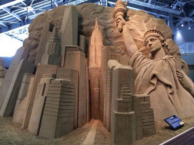最後に砂の美術館へ<br /><br />【 第10期 砂で世界旅行 アメリカ編 】<br /><br />ホテルにパンフレットが置いてあったのですが、『南米編』。<br />南米は行ったことないので、どうしようか迷っていたのですが、<br />あとでよく見ると、そのパンフレットは昨年のもの。。<br />せっかくなら、ちゃんと置き換えてくださいよ~(笑)<br />半年も前に終わってるパンフレットですよ。。<br /><br />砂丘付近にポスターが貼ってあり、今は『アメリカ編』だと。<br />それじゃ~行こうということに。<br /><br />無計画でいったのですが、大正解。<br />ド迫力!!<br /><br />行ってよかったです ☆<br /><br /><br /><br /><br />