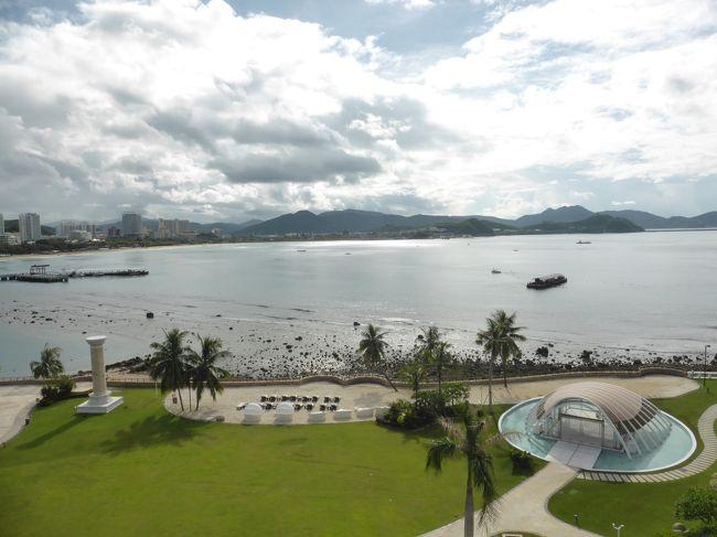 娘に夏休みらしい思い出をということで、リゾート気分を味わうために中国のハワイと呼ばれる海南島へ。既にこの夏三度目の中国です(笑)<br /> <br />台風シーズンのため出発前から天気予報とにらめっこ状態でしたが、行きはギリギリセーフ、帰りはギリギリアウト!?な旅となりました。<br /><br />**************************************<br />三亜の繁華街のホテルから、リゾートエリアの外資系ホテルに移動。海南島、外資系ホテルも安いんです。<br /><br />普段のんびりするのが苦手なのでリゾート地ってほとんど行かないのですが、たまには広いホテルでゆっくりするのもいいな~って気になりました。<br /><br />