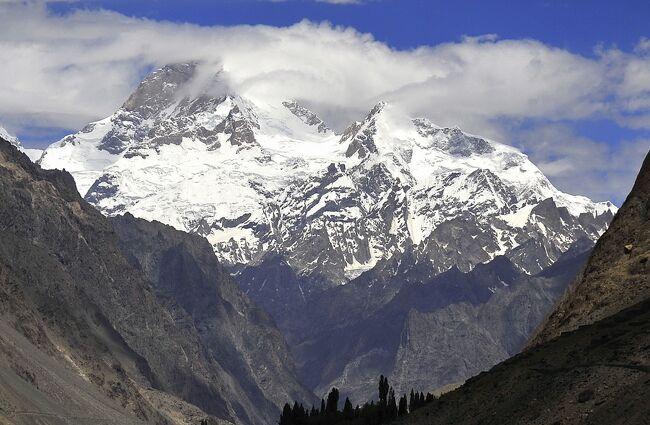 パキスタン北部、インダス川上流部は、スカルドゥ付近から西に向かって深い峡谷の底を流れくだり、ギルギットの東で大屈曲、概ね南に向かって流下します。このインダス川の南側と東側は、ヒマラヤ山脈の西端部に当たります。単にインダス川が地理的境界になっていると言うだけでなく、地質構造上の境目になっています。<br />インダス川北側は、西側のインダス川支流であるギルギット川までがカラコルム山脈、ギルギット川の南、インダス川の西側はヒンドゥークシュ山脈になります<br />今回の旅は、このヒマラヤ西端のエリアを、主に4輪駆動車で巡るツアーです。標高4200m付近でのテント2泊を含みます。<br />圧倒的迫力の山岳風景と、街の雰囲気を楽しむ旅です。<br />旅行記5は、この旅行の5日目と6日目、カプルー村からカラコルム最奥の谷フーシェへの往復と、その翌日カプルー村からスカルドゥを経てデオサイ高原への移動です。<br />フーシェ谷の奥にフーシェ村があり、村からはK1(マッシャーブルム7821m=表紙写真)を間近に望むことができます。カラコルムの重要な登山基地となっていますが、寂しい寒村でもあります。