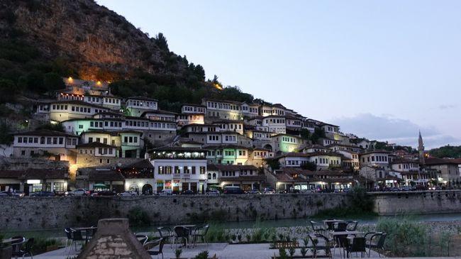 2017年の夏はバルカン半島の3国、コソボ、マケドニア、アルバニアへ。<br /><br />その7は、いよいよ3カ国目、アルバニアに入国。1978年から90年ころまで鎖国していたアルバニア。当時築かれたトーチカもそこここに残っていました。4時間ほどかけて、世界遺産の「千の窓の町」、ベラットに到着。夕刻から夜、そして朝と、そぞろ歩きました。<br /><br />・アルバニア入国<br />・ドリロン国立公園とオフリド湖畔の昼食<br />・岩山やコンビナート、畑や羊を見ながらベラットへ<br />・岩山の上のベラット城<br />・ベラット城から眺めるゴリツァ地区<br />・下のマンガレム地区で、王のモスクやヘルヴェティモスク、独身者のモスクなど<br />・パシャの館跡(ハレム跡)<br />・吊橋とオスム川<br />・千の窓の町を眺める<br />・夕食後、夜の街のそぞろ歩き<br />・朝の散歩<br /><br />表紙写真は、千の窓の町の夕景。