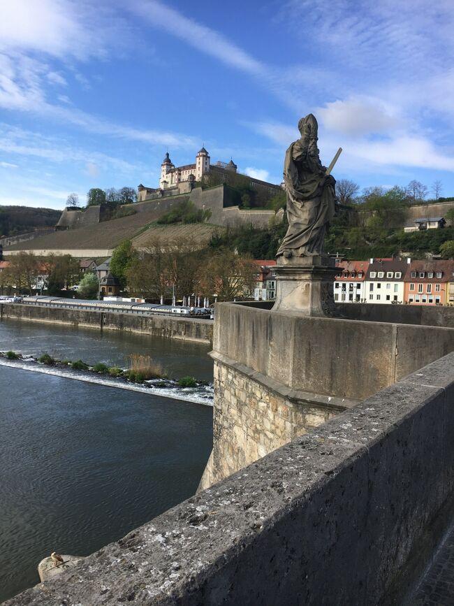 2017年春、転職を機に2週間ドイツ&オーストリアを旅行してきました。<br />訪れた町は20年以上前に訪れたことのある町の再訪。 <br />再就職先も決まっていなかったので倹約が基本。外食はしませんでした。<br />外国語は中学生時代に取得したサビサビの英検3級程度。。<br />wi-fiは、主要な駅、駅周辺、マックなどのファストフード、カフェ、ホテル、<br />電車の中などで、アクセス環境が不安定でも我慢出来る方なら<br />野良電波でも充分。ブログのアップロードやYouTubeなど普通に出来ました。<br />飛行機はJALを利用しました。4月中旬出発のフライトを<br />3月中旬に楽天トラベルで購入。<br />行き:成田→フランクフルト(直行)<br />帰り:ウィーン→ヘルシンキ(エアーベルリン)経由<br />   ヘルシンキ→成田(フィンエアー)<br />行きも帰りも座席に余裕があり通路側を確保できました。<br />往復97000円。<br />ホテルはその都度ブッキングドットコムで。<br />倹約・節約とは言っても宿泊はシングルルームを利用。<br />予算は1泊3000円~10000円。<br />2週間の総出費は27万円。