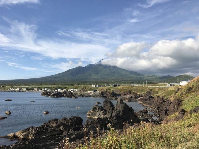 13:25発のフェリーに乗り、礼文島香深港から利尻島鴛泊港へ。<br />利尻島までの所要時間は、45分でした。<br />利尻島でも、礼文島と同じく、定期観光バスを利用して観光しました。<br />利尻島の海岸線をぐるっと一周するコースでした。<br />利尻島と言えば、何と言っても利尻富士。<br />裾野が島全体に広がっていて、利尻山は利尻島そのものだと感じました。