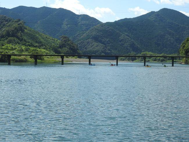 まだ訪問できていなかった愛媛・高知の両県を訪れ、これで47都道府県に何らかの形で足を踏み入れ、日本全国制覇ができました。<br />全国制覇ができた記念の乾杯旅行記をご覧ください。<br />今回はクラブツーリズムのツアーを利用し、<br />日程は<br />1日目 東京------福山----しまなみ海道-----道後温泉<br />2日目 道後温泉----内子----四万十川船下り-----桂浜-----安芸<br />3日目 安芸----かずら橋----大歩危峡----琴平---瀬戸大橋----岡山-----東京<br />です。<br />初日は雨でしたが、2日目、3日目は快晴で満足いく旅行ができました。