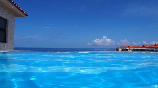 春に家族が増えました。<br />上の子は5ヶ月で初旅行(千葉)、9ヶ月で初沖縄でした。<br />下の子は5ヶ月で沖縄チャレンジしました。<br />今回は、じじばばも一緒で行きます。<br />また、妻の育休が終われば長い休暇が取りにくくなる可能性があるため、今回6泊7日での旅行としました。<br />なので、かなりお金がかかります。<br />よって、溜め込んだマイル、楽天ポイントをはきだし、予算の半分以上を賄うことにしました。<br />交通手段<br /> 往復はJALのクラスJ<br /> レンタカーはヴェルファイア<br />宿泊<br /> 1泊目 瀬長島温泉ホテル(瀬長コーナーデラックス、スタンダードツイン)<br /> 2泊目 カフーリゾートフチャク(アネックス棟コーナースウィート)<br /> 3泊目 カフーリゾートフチャク(アネックス棟コーナースウィート)<br /> 4泊目 カフーリゾートフチャク(アネックス棟コーナースウィート)<br /> 5泊目 リッツカールトン沖縄(デラックスルーム×2)<br /> 6泊目 リッツカールトン沖縄(デラックスルーム×2)<br />しめて、59万円程度もかかりました。<br />よって35万円分をポイントで賄いました。
