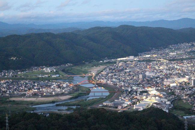 夏に法事の為に広島の山中、三次へ。<br /><br />ついでに周辺をぶらぶらと。三江線に乗ったり、滝を見たり、カフェに行ったり。<br /><br />この夏のまとめ。