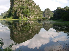 Ninh Binh ニンビン、パノラマツーリング。ダートでパンク。山羊肉屋の屋台で青空パンク修理。えーーーーっ。The a !!!!!?