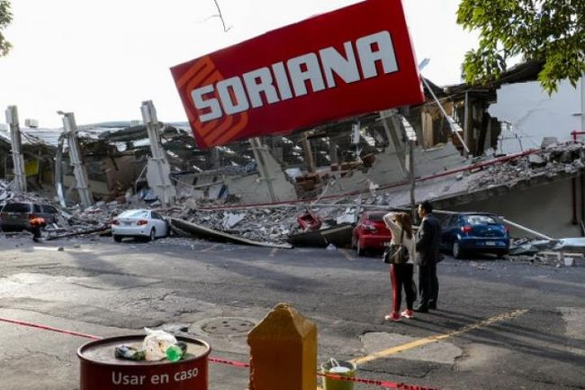 皆様こんにちは。ウォータースポーツカンクンの店長吉田です。先日、チアパスで発生したばかりの地震に続き、昨日9月19日に再び、今度はメキシコシティの隣のプエブラ州を震源とするM7.1の地震が発生しました。<br /><br />幸い、弊社の関係者や友人、知人、スタッフ等にはけが人もなく、空港も昨日は閉鎖されたようですが、本日より無事通常通りの運航が始まっております。<br /><br />大変な混乱をするのではないかと予想しましたが、今のところ空の便等には混乱もなく通常通りの運航に戻っております。<br /><br />しかしながら、余震には十分気をつけねばなりませんので、シティ経由でいらっしゃるお客様は十分気を付けて、現地での情報には十分耳を傾けるようにしてください。<br /><br />なお、カンクンの被害はございませんので、アメリカ経由等でいらっしゃるお客様におかれましては、どうぞご安心の上でお越しいただければと思います。<br /><br />というわけで、店長日記を書きます。<br /><br />9月19日。本日は久しぶりのツアーオペレーションがゼロの日。オフィスの掃除をスタッフ総出で行う。大掃除というのはなかなか弊社の場合、年末等業務が集中する時期には難しいので、通常は10月にやることが多いのだが、今年は、先日のチアパスでの地震やハイケーンIRMAを敬遠する動きからかカンクンは9月の半ばからとても静かな閑散期を迎えている。<br /><br />そんなこんなで、使い古したライフベストやフィンなど備品を破棄したり在庫の棚卸などを今日はやることにしたわけだ。皆の挨拶の後、オフィスの掃除はスタッフに任せて、ボクはお客様にお土産の営業に出かける。ツアーがないので、こういうお土産の営業も重要な仕事になる。<br /><br />ヒーリングボールというボクがタスコに行った時にそこの経営者の息子のセルジオと仲良くなった縁で取り扱いを始めたわけだが、カンクンでは手に入らない(入ってもべらぼうに高い)ので、弊社への問い合わせはコンスタントに入ってくる。<br /><br />ホテルなどでお客様に見せていると、必ず外国人の観光客がそれはなんだと興味をもって話しかけてくることも多く、ついでに売れてしまう事もあったりする。<br /><br />なので、これだけの専門店をウチのオフィスがあるメルカド28に出そうかなぁなんて考えたりしているのだが、お土産ビジネスは正直あまり儲からないので、話はなかなか前にすすまない(笑)<br /><br />ただ、今回のお客様には10個以上もお買い求めをいただいて、弊社も売り上げの少ないこの時期に大変助かったわけだが、とにかく、魅力的な品物やメキシコならではの商品を紹介することは、メキシコという国を理解する上でも、大切な要素の一つなので、これからも魅力的な特産品を探し求めて、またいろいろと出かけてみたいななんて考えている。<br /><br />そんなこんなで、午前中は掃除とお客様への営業で終わり、その後は夕方から勉強会+懇親会をしようということにして、一度解散をする。ボクは、一度オフィスを出て、自宅に戻り、書斎でメールの処理を始めたのだが、ちょうどその時に、CRSの社長の武田氏よりメッセージが入った。<br /><br />今、地震だ。。。シティが揺れている。。。<br /><br />え、大丈夫ですか??<br /><br />いや、結構揺れている、、、今、避難中。。。<br /><br />震源は?<br /><br />分からないニュースをフォローしてくれ。。。<br /><br />というわけで、ネットで確認をするとシティ隣のプエブラ州を震源とするM7.1の地震だった事が分かった。先日のチアパスでの地震の時もかなり揺れたが、シティでは被害がなかったので、良かったと話をしていたのだが、今回はかなり被害が出ているという話。<br /><br />特に、ソナロッサやローマスといった町の中心地で被害が出ているということで、交通にも混乱が生じ、飛行場は閉鎖など、次々と情報が入って来た。<br /><br />建物が倒壊して生き埋めになっているなど、深刻なニュースが飛び込んで来ていたたまれなくなる。くしくも、1985年のメキシコ大震災と同じ9月19日に発生した今回の地震は、メキシコ中に悲しい思い出を思い起こさせることになった。<br /><br />今も懸命の救助活動が続いているとのことだが、どうかこれ以上の被害が拡大しない事を願う。<br /><br />そして、弊社では、チアパスの被災復興と今回のプエブラでの震災と両方への支援をするため、メキシコ赤十字への寄付を現在検討している。このあたり、具体的な行