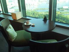 海側にも席が!コンラッド東京のエグゼクティブラウンジ