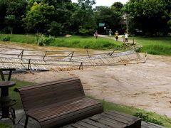 雨のパーイ、竹の橋が流れる増水。