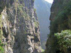 巨人が大きな斧で山を割ったようなタロコ渓谷 < 4日間で台湾を一周するパッケージツアー 2日目 その1 >
