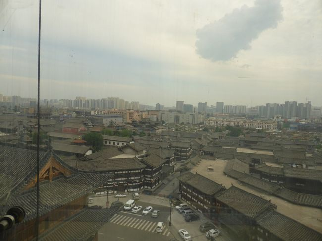 銀川から帰ってきて一週間後、再び中国へ。前から気になっていた平遥・大同をメインに、太原と北京もちょこっと寄ってきました。北京と山西省だけの周遊ですが、7日間で乗った飛行機は5回(+新幹線1回)という、何とも忙しい旅行となりました。<br /><br />**************************************************<br /><br />大同空港からタクシーをチャーターして懸空寺へ行った後、大同古城内にあるホテルへ。平遥の古めかしいリアルな雰囲気の古城とは違い、再建ラッシュ真っ只中で、随分テーマパーク感のある古城でした。