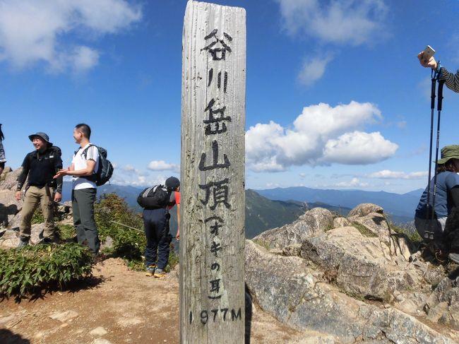 日本一のモグラ駅、土合駅で486段の階段を昇りウォーミングアップを済ませて、日本百名山の谷川岳へ。<br />何度も計画したのだが、天候が悪くなかなか実現できなかった谷川岳行き。ようやく最高の天気で実現しました。<br />谷川岳ロープウェイは、行列が懸念されたけど全く並んでおらず順調に天神平へ。天神平(標高1319m)から谷川岳山頂(標高1977m)へ、高さ約650mの登山は、初級コースと聞いていたのだが、岩場あり鎖場あり急な登りあり、そして好天による暑さありと、かなりキツイものでした。<br />が、それだけに山頂に着いた時の達成感は最高。そして弁当も美味しかった。<br />下山後、水上温泉へ。<br />この日は、27577歩。<br /><br />鴨居 5:03 -&gt; 東神奈川 5:17<br />東神奈川 5:18 -&gt; 横浜 5:20<br />横浜 5:25 -&gt; 高崎 7:48<br />高崎 8:24 -&gt; 水上 9:30<br />水上 9:47 -&gt; 土合 9:56<br /><br />水上 19:33 -&gt; 高崎 20:37<br />高崎 20:48 -&gt; 川崎 23:10<br />川崎 23:19 -&gt; 東神奈川 23:30<br />東神奈川 23:32 -&gt; 鴨居 23:46<br /><br />これにて、2017年夏の18きっぷ旅行はすべて終了。<br />実際に乗車した区間のJR運賃は、<br />1:8,420円<br />2:9,920円<br />3:8,700円<br />4:6,040円<br />5:7,020円<br />計:40,100円<br />18きっぷは、11,850円。使い倒した達成感も格別!<br />