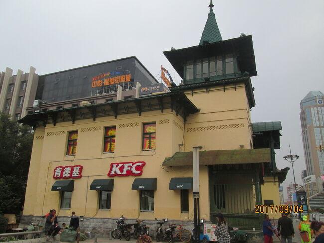 哈爾濱にはロシア統治時代の建築物が数多く残され、「東方のパリ」とも称される西洋風の街並みが残っています。道をはさみ、欧州風建築物が建ち並び、ルネサンス式、バロック式、折衷式など中国でも珍しい多種多様な市指定建築物が、保護建築が並んで居ます。黒龍江省博物館傍にあるKFC(ケンタッキー)肯徳基は歴史建築に入っています。歴史建築の内部に入ってお茶が飲める場所等はまれに見るチャンスです。店内客室にはシャンデリアが灯され、歴史建築の写真が飾られています。ちょっぴり当時の雰囲気が楽しめました。<br />