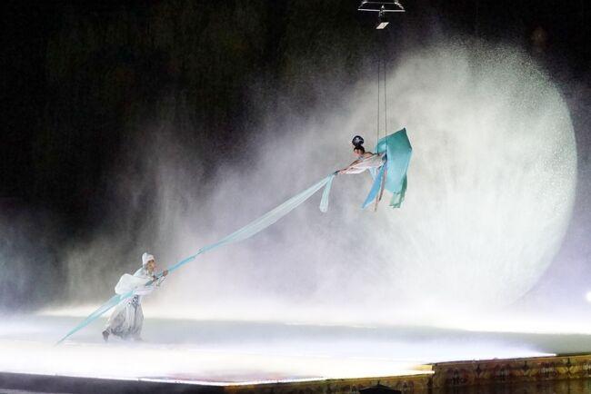 西安到着日の夜は待ちに待った華清池で行われる「長恨歌」のショーです。<br />街中の劇場で似たような唐代の艶やかな衣装と踊りのショーはいくつかあるものの、野外劇場で大々的に行われるのはここだけです。<br /><br />4月~10月の間だけの開催でかなり規模が大きいにもかかわらず日本語での情報は皆無。<br />行ったという情報も少なくとにかく情報収集に苦労しました。<br />西安のオプショナルツアーにも他のショーはあるのに長恨歌だけは無く、チケットを取ろうにも中国の銀行orクレジットカードアカウントが無いと購入できないので自力で行く術はなく諦めることに。<br /><br />仕方なく、西安の日本語OKの旅行社のいくつかに問い合わせをすると、チケット手配代行&送迎OKというところが見つかり、今回は中国旅行エージェンシー:西安館(http://www.otcxian.com/)を利用することにしました。<br /><br />手配までは全て日本語でメールで。<br />こちらの希望を伝えると先方からの提案があり、何度かやり取りし、十分確認した上での申込み、決済は当日ドライバーに現金で。<br />レスポンスも早く、日本語での確認書も作成してくれるので非常に明快で良かったです。<br /><br />ちなみに今回の内容はこちら。<br /><br />↓<br /><br />「長恨歌」第一場/東西区B 2枚 238元×2<br />送迎代 150元×2<br />チケット手配手数料 100元×2<br />合計 976元<br /><br /><br />チケットの手配手数料は50元というところもあったけれども、送迎代が200元で結局同じ値段。<br />対応もこちらの方が早く、雨天の時の対応、出発時間の質問、それ以外の西安に関する質問などにも丁寧に答えてくれたので決めました。<br /><br />ドライバーさんはビックリするほど片言の日本語も英語も出来なかったけど、対応をしてくれた人の携帯番号が2つ、緊急連絡先として載っていたので何とかなりました。(連絡を取ることもありませんでした)<br /><br />それにしても長恨歌。<br />必見ともいえるほどの素晴らしいショーなのに、なんで話題にならないんだろう?<br />ガイドブックにもわずか2行のみ、手配方法やオプションの説明は一切なし。<br />もっともっと話題になって欲しい素晴らしいショーです。<br /><br />これを中央の席で見るためだけに再訪したいくらいです。