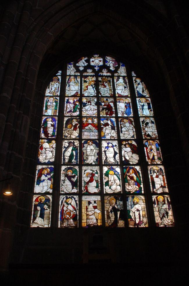 ユーレイルパスでニュルンベルクに出掛けた際に、DB博物館を見学したあとに訪れた聖ローレンツ教会をご紹介します。<br /><br />聖ローレンツ教会は、ゴシック様式なだけに外観はゴツゴツしたイメージがありますが、建物自体は第二次世界大戦の空襲で大破しながらも、見事に修復されています。教会の中には美術品もいくつかあります。第二次世界大戦で攻撃を受けながらも、これらの美術品が無事だったのは、別のところに保管していたからだそうです。<br /><br />また、窓には美しいステンドグラスがいくつも並べられ、とてもヨーロッパらしい教会だと思いました。<br /><br />なお、このアルバムは、ガンまる日記:タロットカードのようなステンドグラスが美しい、ゴシック様式の聖ローレンツ教会[http://marumi.tea-nifty.com/gammaru/2017/10/post-510a.html]とリンクしています。詳細については、そちらをご覧くだされば幸いです。