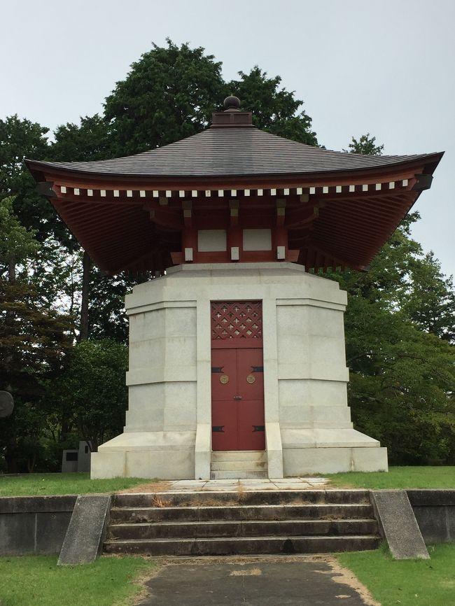 義公廟<br /><br />今訪れた 久昌寺の直ぐ裏山に<br /><br />徳川光圀公をの遺徳を忍んで建立された「義公廟」がありました。<br /><br />事前に調べて行かなかったのですが、地図を見ていて発見!<br /><br />これは 折角近くまで来たのだから!と <br /><br />長い 長い階段を登って参りました。<br /><br />ちょいと キツイです。 階段 また 階段と続きます。<br /><br />★ 廟の中には、光圀公が生母の菩提を弔うために、<br /><br />法華教1部10巻8万3900字あまりを書き写した桧板30枚を納める宝塔、光圀公が集めた明版一切経が収蔵されています。<br /><br />はあ~(;´∀`) きつかったあ!<br /><br />施錠がされているので、これと言って見て回る物は<br />ありませんが、久昌寺さんを 訪れたら 折角ですから 寄ってみてくださいねっ。<br />