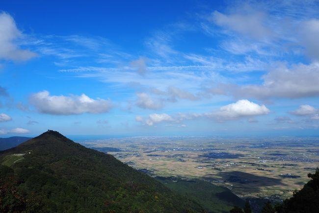 以前から訪れたかった弥彦神社と弥彦山(標高634メートル)に行ってきました。<br />県境の2000メートル級の山々に比べると低いですが、越後平野にあるため目立つ山です。<br />弥彦神社の登山道を登り、帰りはロープウェイを利用しました。