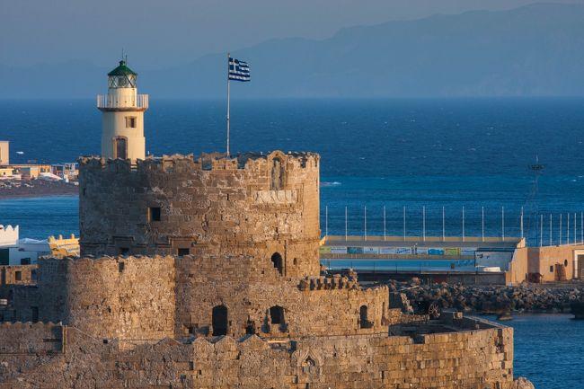 世界の島巡り世界遺産のロードス中世都市とリンドスを撮ってきました。<br />ロードスの中世都市は、ギリシャの世界遺産の一つである。ロードス島の主都ロードスの旧市街には、かつて聖ヨハネ騎士団が築いた城塞都市の特質が良好に保存されており、中世ヨーロッパ都市の優れた例証として評価された。<br /><br />リンドスは、エーゲ海のドデカネス諸島ロードス島東岸にあるギリシャの町および考古遺跡。ロードス市から南に約55kmの位置にあり、素晴らしい海水浴場があることから観光地として知られている。現代の町より小高いアクロポリスがあり、天然の要塞として古代ギリシア、ローマ帝国、東ローマ帝国、聖ヨハネ騎士団、オスマン帝国が利用してきた。このため、発掘とその考古学的解釈が難しくなっている。アクロポリスからは周囲の港や海岸線が見渡せる。<br /><br />世界遺産ロードス島の中世都市の写真集は下記アドレスをご覧ください。<br />http://zenpakusan.com/isan2/43/index.html<br /><br />ロードス島のローマ遺跡リンドスの写真集は下記アドレスをご覧ください。<br />http://zenpakusan.com/k/12/index.html<br />