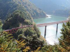 寸又峡_Sumatakyo 秘境感は抜群!エメラルドグリーンの湖に架かる二つの絶景