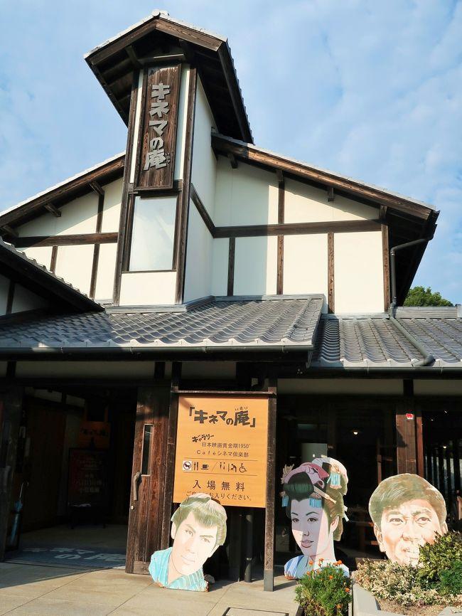 二十四の瞳映画村は香川県の小豆島にある映画と文学のテーマパーク。<br />1987年公開の映画「二十四の瞳」の小豆島ロケのオープンセットを活用した施設群である。<br />壺井栄の小説『二十四の瞳』は、1954年と1987年に映画化された。映画『二十四の瞳』では、物語の舞台を、原作にはない小豆島と設定し、ロケも同地で行われた。<br />このテーマパークは、田中裕子主演による1987年版「二十四の瞳」の映画撮影で使用された「岬の分教場」と、大正から昭和初期の民家、男先生の家、漁師の家、茶屋、土産物屋など14棟のオープンセットを公開している。<br />また、瀬戸内海に面する約1万m2の敷地内には、「二十四の瞳」原作者である小説家壺井栄を顕彰して設立された壺井栄文学館や、「二十四の瞳」を主に上映する「ギャラリー松竹座映画館」などの施設がある。2008年11月には、1950年代の邦画をテーマとする「キネマの庵」もオープンした。また、小豆島を舞台とした映画「八日目の蝉」の展示があり、監督賞のアカデミートロフィーや監督の台本・絵コンテ・撮影に使用した衣装等の展示もある。<br />旧苗羽小学校田浦分校(旧田浦尋常小学校)<br />1902年の開校から1972年の閉鎖まで70年間、村の小学校として使用された寄棟平屋建校舎(教員住宅を含む)で、映画村手前800mに現存する。映画村内の現在地にこの校舎のセット(複製)が建設されて「岬の分教場」として映画の主要な舞台になった。校舎内には当時の小学生の作品や机椅子、オルガンとともに、映画のロケで使用された小道具や数々の写真が展示されている。<br />壺井栄文学館<br />銅葺3棟の建物。内部に東京都中野区にある壺井栄の旧邸内部「いろりの間」、「応接の間」などを再現し、小説「二十四の瞳」の生原稿や生前の愛用品を展示する。(フリー百科事典『ウィキペディア(Wikipedia)』より引用)<br /><br />二十四の瞳映画村 については・・<br />http://24hitomi.or.jp/<br />