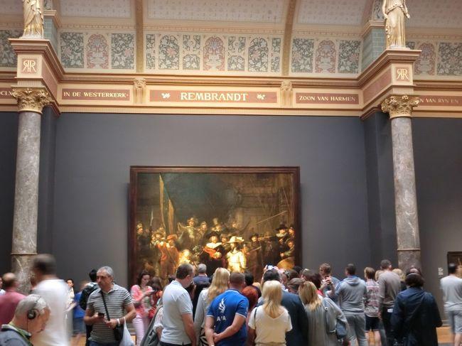2日目は、アムステルダムに住む友達とともにアムステルダム市内を観光。ゴッホ美術館や国立美術館、セックスミュージアムなどに向かったほか、運河の街並みを一日歩き倒した。アムステルダムの街を歩いていると気づくのが「人々の穏やかさ」。みんな優しく、またせかせかしていない。日本人や中国人と違って、みんな心にゆとりがあるような気がする。<br />それにしても8月なのに寒い。
