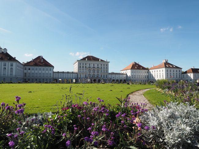 初めての母娘旅2日目はミュンヘン市内を散策。<br />主な目的地は、新市庁舎、レジデンツ、ニンフェンブルク宮殿などの有名どころ。宮殿へ向かうトラムが運休というトラップがあったものの、何とか無事に辿り着くことができた。<br />秋晴れの空の下で眺めた優美な建築の数々は、私達の心に深く残った。<br /><br />【天気】--------------------------------------------------<br />快晴 最高18度 最低6度<br />トレンチコートを羽織るくらいでちょうどいい服装。<br /><br />【旅程】--------------------------------------------------<br />10/10(火)~10/19(木) 8泊10日 <br /> 1日目  羽田→ミュンヘン(ミュンヘン泊)<br />★2日目  ミュンヘン(ミュンヘン泊)<br /> 3日目  ノイシュヴァンシュタイン城へ現地ツアー(ミュンヘン泊)<br /> 4日目  オーストリアへ日帰り旅(ミュンヘン泊)<br /> 5日目  ミュンヘン→ビルバオ(ビルバオ泊)<br /> 6日目  ビルバオ→バルセロナ(バルセロナ泊)<br /> 7日目  バルセロナ(バルセロナ泊)<br /> 8日目  バルセロナ→フランクフルト(フランクフルト泊)<br /> 9日目  フランクフルト→セントレア(機中泊)<br /> 10日目 帰国