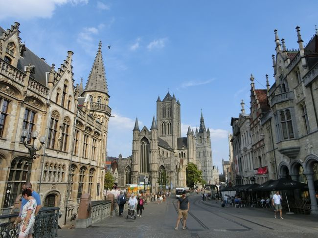 オランダのザーンセスカンスから友人の運転でベルギーのゲントへ移動。<br />ゲントはかつて貿易で栄えた街で、現在も中世の建物が数多く残っている。<br />市中心部はほとんど車が通っておらず(たぶん通行禁止なんだと思う)、その代わり路面電車が縦横無尽に走っていた。<br />