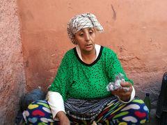 マラケシュ(Marrakech:Morocco)「いきなりの洗礼でビビってリアド変更。路上で金属溶融占いを体験」