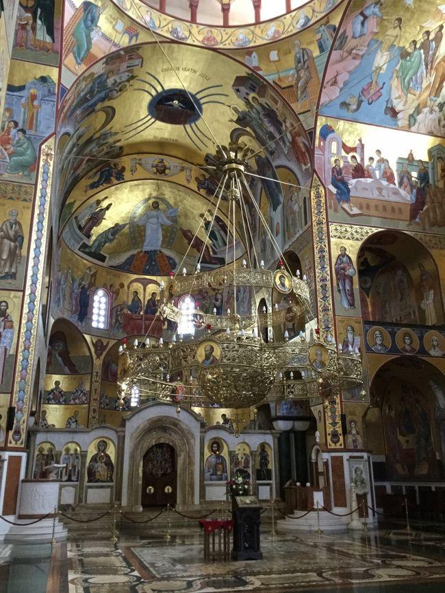 今日はドゥブロヴニクからモンテネグロに行きます。<br />まずはクロアチアの国境を出てモンテネグロに入国<br />二回のパスポート検査があります。<br />その後、<br />まずは、モンテネグロの首都ポトゴリツァで、<br />表紙のハリストス復活大聖堂を見学し<br />ニコラ王の夏の離宮を見て共和国広場に行ます。<br />