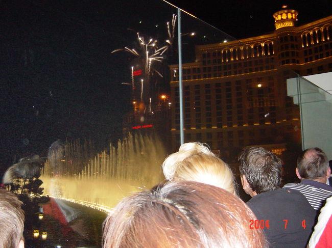 ラスベガスはカジノだけでは無いです。ショッピング・食事・観光・ショー色々楽しめて飽きない町です。<br />今回はアメリカの独立記念日(7/4)でしたので花火が上がりました。<br />ベラッジオホテルの噴水と花火です。
