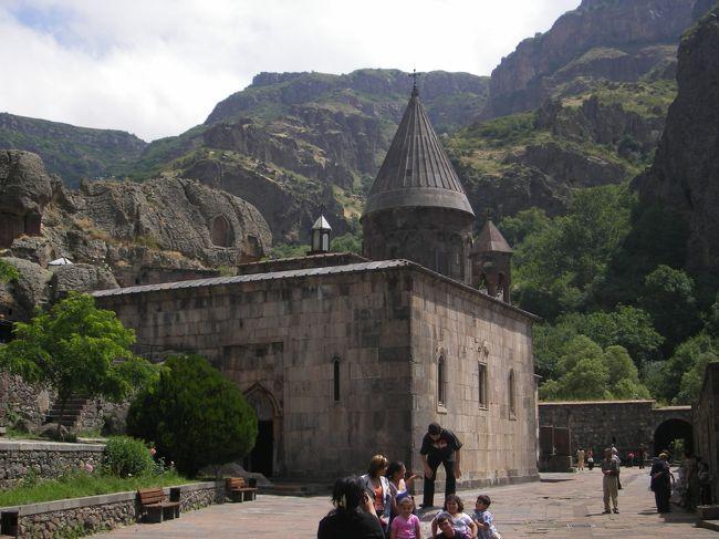 アルメニア最終日は現地ツアーでエレバン近郊のガルニとゲガルトへ(6000ドラム)。事前に日本で調べた範囲では日程のあるツアーがなく、タクシーチャーターになるかなとも思っていた。で、エレバンの旅行会社で直接聞いたところ催行するものがあるってことで申込み。ロシア人6人のグループと日本人1人でいざ出発となります。<br /><br />7月2日 JL 5051便(AIR FRANCE) 関空12時発→パリ17時25分着<br />    AF2738便(AUSTRIAN)パリ19時10分発→ウィーン21時15分着<br />                         ウィーン泊<br />3日 ウィーン観光<br />     OS 641便 ウィーン22時25分発→エレバン 翌4時50分着<br />  4日 セバン湖観光ほか              エレバン泊<br />  5日 サナヒン、ハグパット修道院観光ほか<br />        6日★ガズニ、ゲルガド観光ほか<br />  7日 OS 642便 エレバン5時40分発→ウィーン6時20分着<br />     空港バスでブラチスラバ移動、ブラチスラバ観光<br />     FR4643便 ブラチスラバ18時40分発→ベルガモ19時55分着<br />                           ベルガモ泊<br />  8日 ベルガモ→ミラノ オペラ観劇ほか       ミラノ泊<br />  9日 ミラノ観光<br />     AP2929便 ミラノ17時5分発→ローマ<br />     JL400便  ローマ21時10分発→成田 翌16時15分着<br />     JL3007便  成田18時15分発→伊丹19時30分着